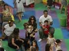 Giovanna Antonelli brinca com as filhas em parquinho