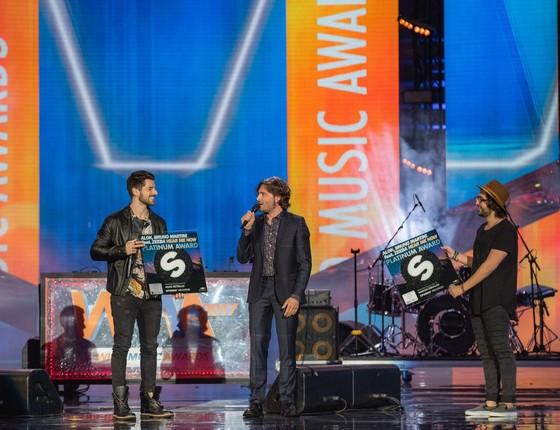 Alok recebe o disco de platina durante o Wind Music Awards, na Itália (Foto: Divulgação)