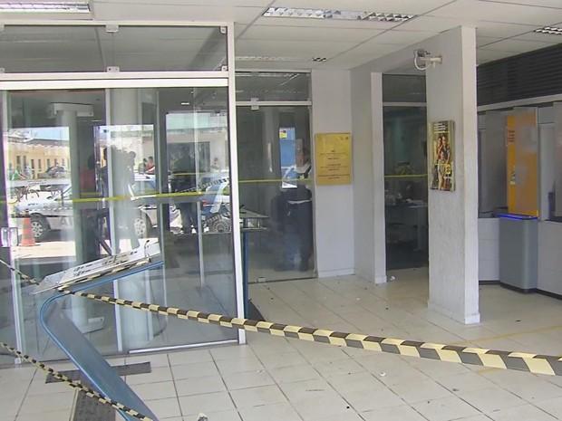 Bandidos chegaram a explodir dois caixas eletrônicos, mas não conseguiram levar dinheiro (Foto: Reprodução / TV Globo)