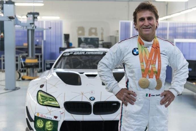 Descrição da imagem: com medalhas da Rio 2016 no pescoço, Alex Zanardi posa em frente a BMW que guiará em Mugello (Foto: Divulgação)