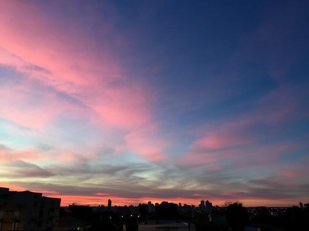Céu de Campo Grande no fim da tarde deste domingo (28) (Foto: Gabriela Pavão/ G1 MS)