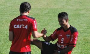 Fábio Lima, meia, e Juninho, atacante do Atlético-GO (Foto: Guilherme Salgado/Atlético-GO)
