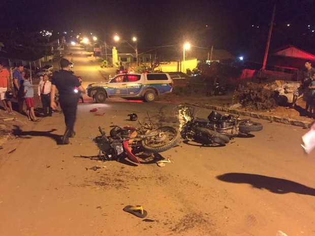 Motociclistas sofreram graves ferimentos ao colidirem de frente em Jaru (Foto: Jaruonline/reprodução)