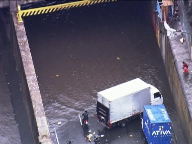 Carros não conseguem passar por enchente na Avenida do Estado (Foto: Reprodução/TV Globo)