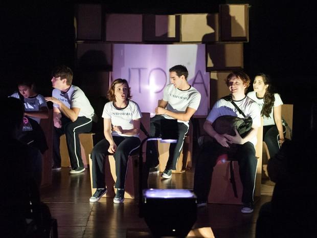 """Em """"Coro dos Maus Alunos"""", os estudantes, empolgados com as aulas de filosofia, passam a desafiar as regras da escola (Foto: Divulgação)"""
