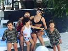 Dani Souza e Dentinho curtem dia de piscina com os filhos