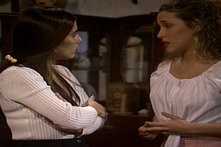Ruth convence Glorinha a deixar que Dalua viaje com o circo (Foto: reproduo/viva)
