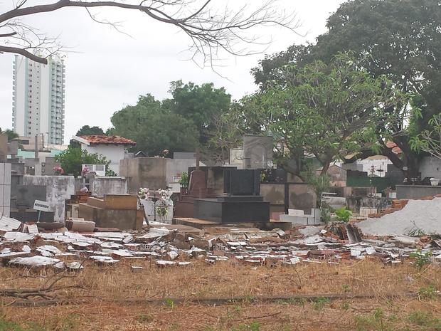 Muro de escola caiu após vento forte (Foto: Jaqueline Aparecida dos Santos/ Arquivo pessoal)
