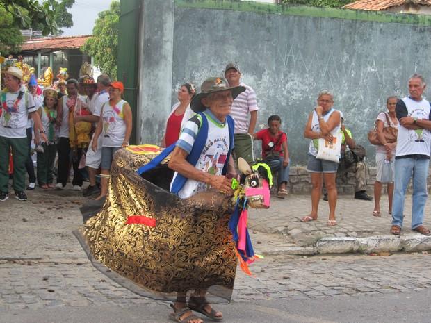 Maioria dos foliões confeccionaram as próprias fantasias para desfilar no Maluco Beleza. (Foto: Michelle Farias/G1)