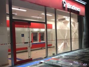 Vidros de banco foram destruídos em protesto contra o aumento das passagens de ônibus (Foto: Priscilla Souza/ G1)