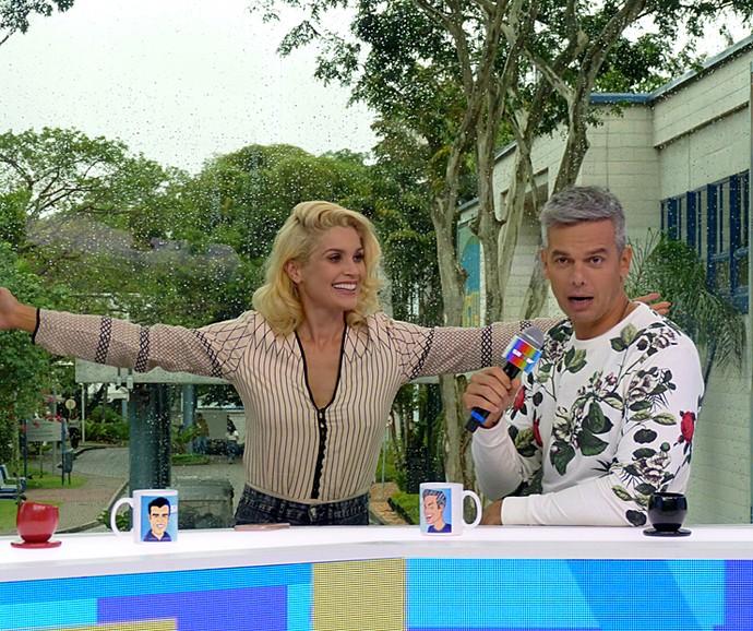 Flávia Alessandra aproveita brecha em gravação para dar abraço no marido (Foto: Cristina Cople / Gshow)