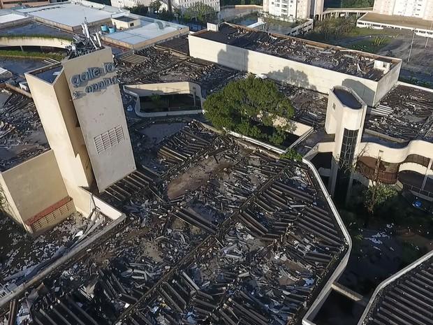 Pedaços do telhado do Galleria Shopping s desprenderam e voaram pela Rodovia Dom Pedro I (Foto: Reprodução/EPTV)