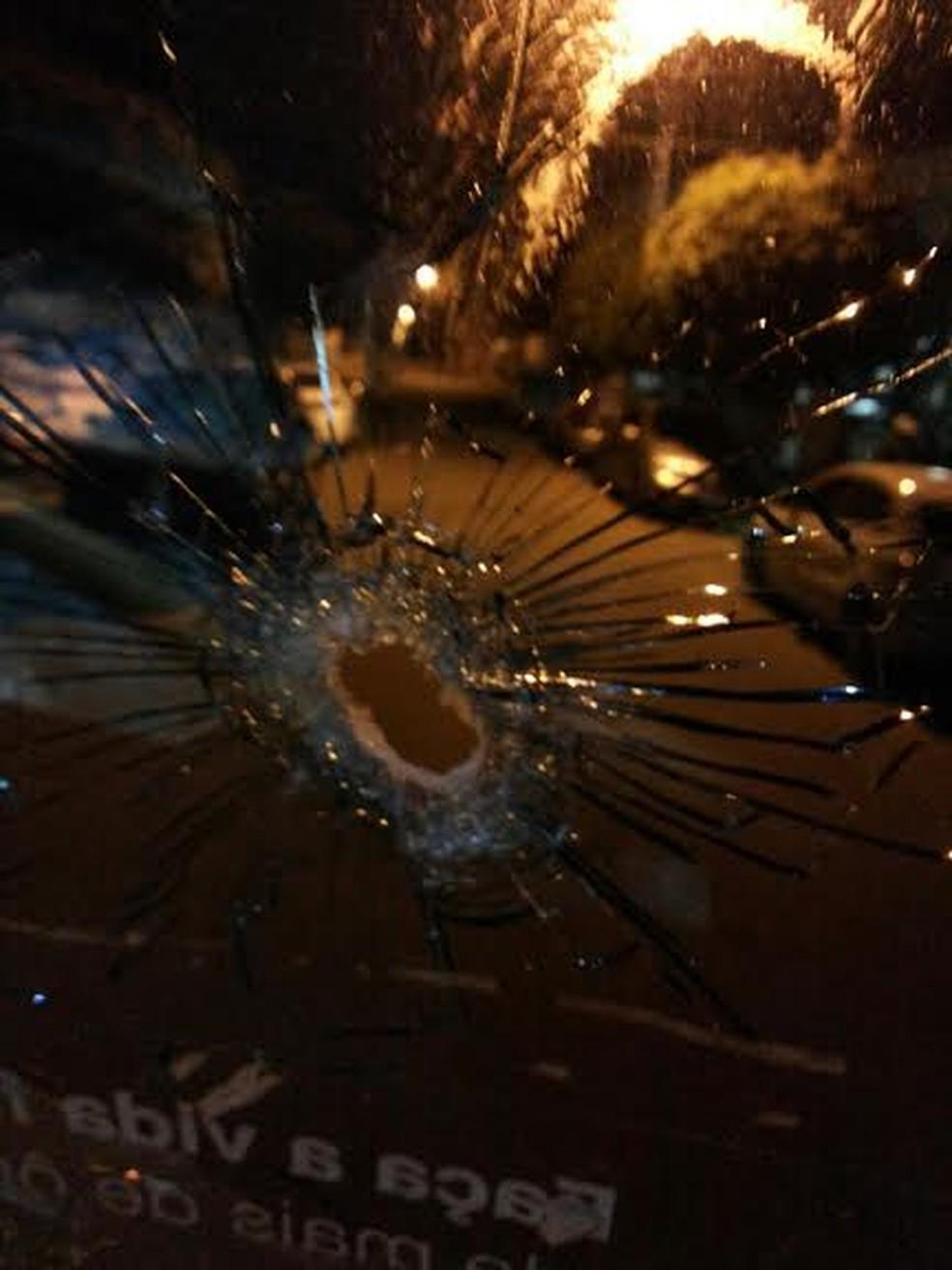 Motorista foi obrigado a parar depois que ônibus foi atingido por tiros (Foto: Divulgação / Polícia Civil)