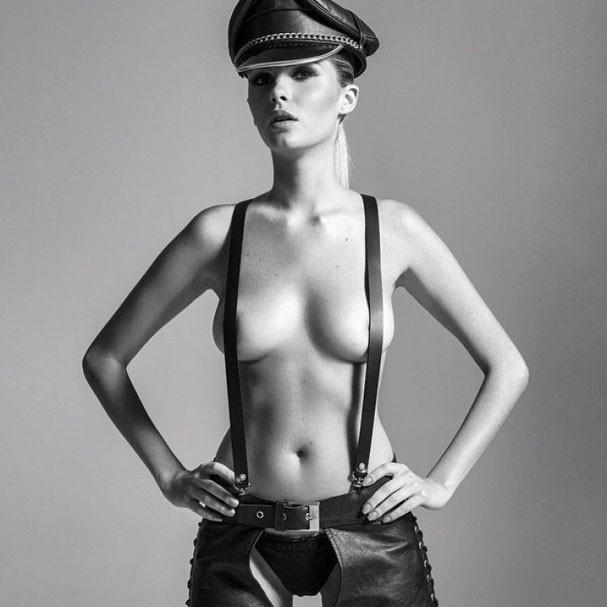 Barbara Evans posa fazendo topless para as lentes de J.R. Duran (Foto: Divulgação)