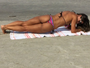 Mayra Cardi faz exercício na praia e mostra boa forma