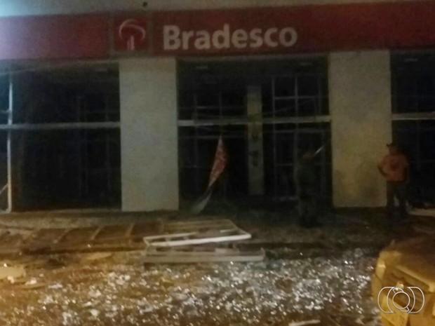 Agências bancárias ficaram destruídas após ação criminosa, em Goiás (Foto: Reprodução/TV Anhanguera)
