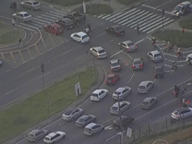 Trânsito na região durante o incêndio no polo industrial (Foto: Reprodução/TV Globo)