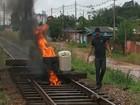 Trabalhadores interditam estrada de ferro para cobrar salários atrasados