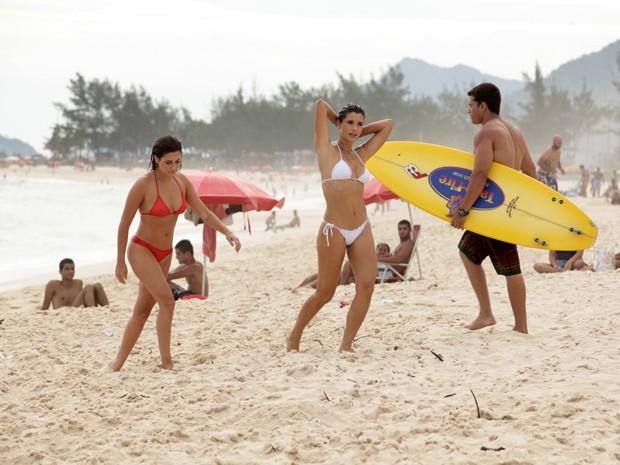 Flávia e Fernanda mostram toda sua boa forma na praia (Foto: Salve Jorge/TV Globo)