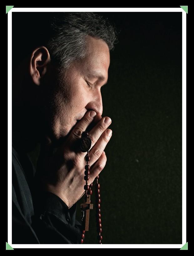"""O APRENDIZADO Padre Marcelo Rossi, em 2010. Quando machucou o tornozelo, ficou meses sem andar e beirou a depressão: """"Agora, eu sei como é"""" (Foto: Leticia Moreira/Folhapress)"""