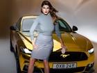 Ford lança Mustang na França com carro dourado e modelo brasileira