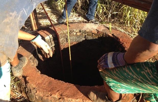 Corpo encontrado dentro de cisterna, em Goianira, Goiás (Foto: Gabriel Trindade)