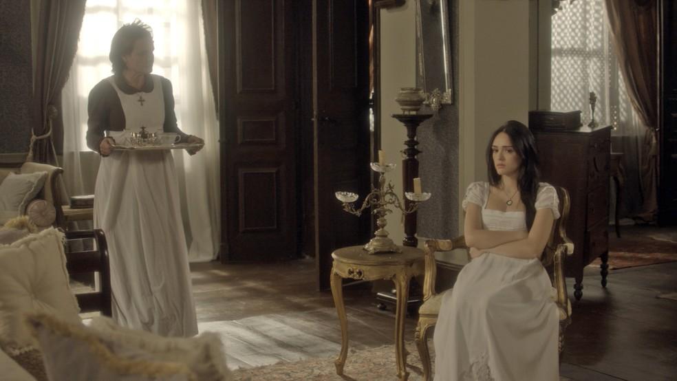 Nívea vê o sofrimento de Anna e fica com pena (Foto: TV Globo)