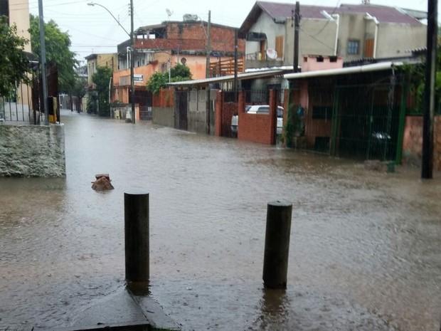 Bairro Humaitá, na Zona Norte, também tem ruas alagadas (Foto: Bruna Melgarejo/Arquivo Pessoal)