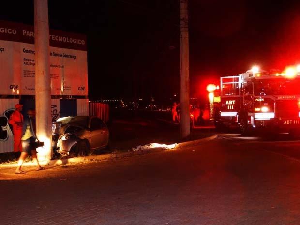 Carro desgovernado bateu em poste em frente ao Parque Tecnológico da Granja do Torto (Foto: Corpo de Bombeiros/Divulgação)