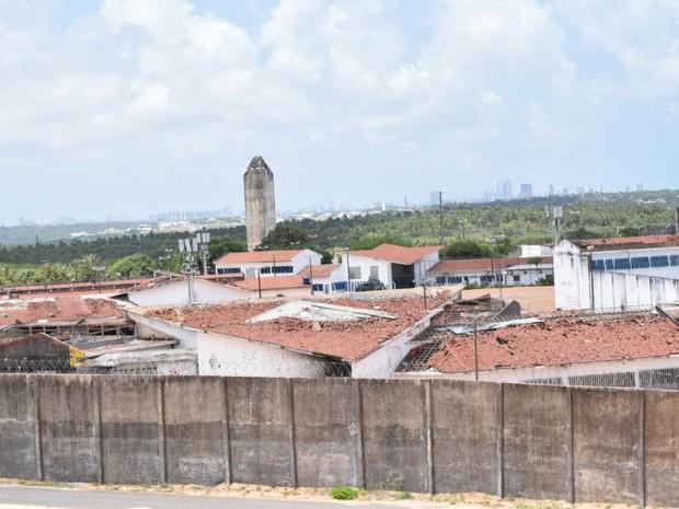 Bandeiras de facções são retiradas da Penitenciária de Alcaçuz, ocupada por agentes e policiais nesta terça (24) (Foto: Fred Carvalho/G1)