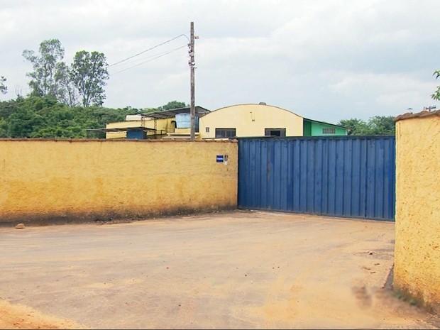 O Instituto Mineiro de Agropecuária interditou um frigorífico na zona rural de Três Coraçõesx (MG) (Foto: Reprodução EPTV)
