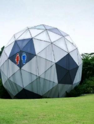 Banheiro sustentável em formato de bola (Foto: Divulgação)