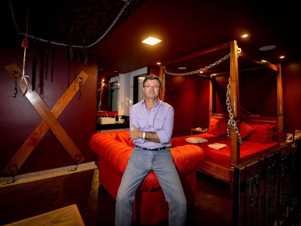 O arquiteto Ricardo Freire na suíte '50 tons de cinza', que projetou para um motel em São Paulo (Foto: Flávio Moraes/G1)