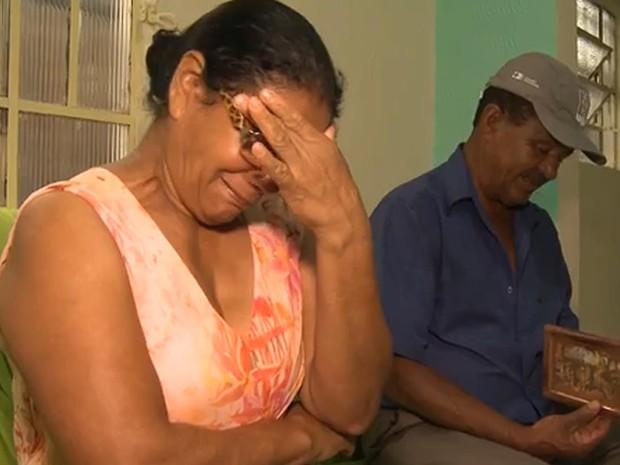 Conceição de Paula, irmã de José Carlos, chora ao receber o quadro encontrado em Bento Rodrigues: 'Era só eu de irmã. Ele tinha muito dengo comigo' (Foto: Reprodução/G1)