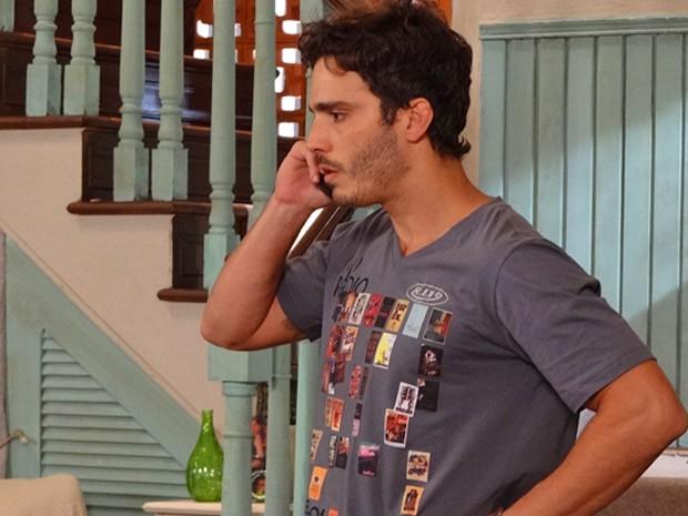 Zenon cai no golpe de Carolina (Foto: Guerra dos Sexos / TV Globo)