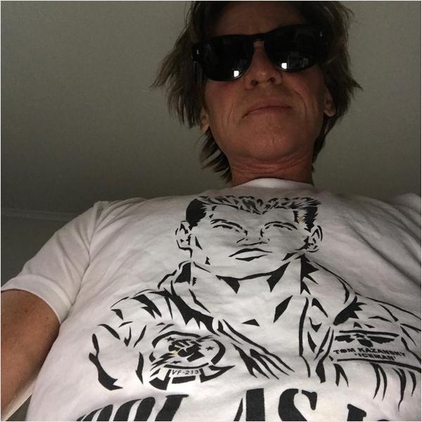 O ator Val Kilmer com uma camisa em homenagem a seu personagem em Top Gun (Foto: Instagram)