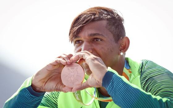 Isaquias Queiroz com a medalha de bronze após prova da Canoagem Individual (C1) 200m masculina (Foto: Ricardo Nogueira/ÉPOCA)