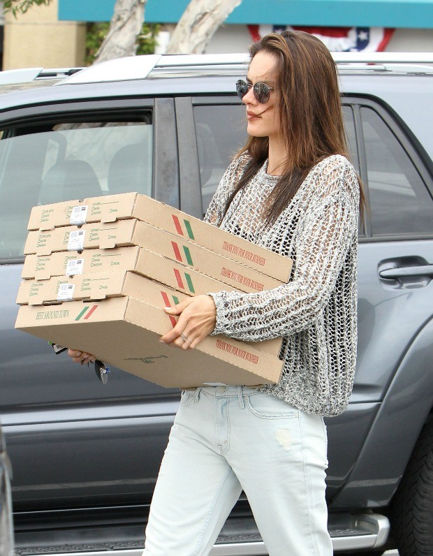 Alessandra Ambrosio pizza 1 (Foto: The Grosby Group )