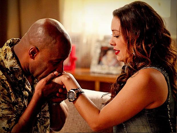 Romântico, Silas abre seu coração para Olenka (Foto: Avenida Brasil / TV Globo)