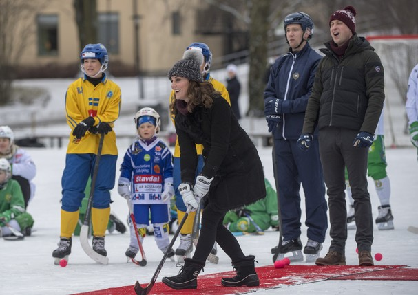 STOCKHOLM, SWEDEN - JANUARY 30:   Catherine, Duchess of Cambridge and Prince William, Duke of Cambridge visit the Stockholm bandy team Hammarby IF where they will learn more about the popularity of the sport during day one of their Royal visit to Sweden a (Foto: Getty Images)