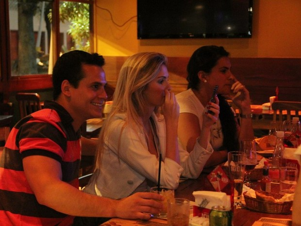Bárbara Evans com o namorado, Leonardo Conrado, e amigas em restaurante na Zona Sul do Rio (Foto: Rodrigo dos Anjos/ Ag. News)