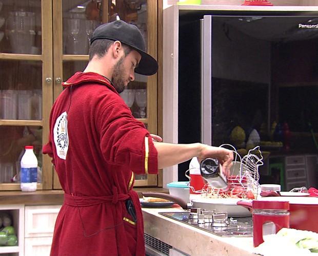Rafael Cozinhando 10 (Foto: BBB/Gshow)