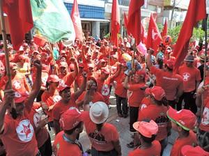 Grupo se encontrou na Praça 9 de Julho e marchou pelo Calçadão (Foto: Ariane Viana/G1)