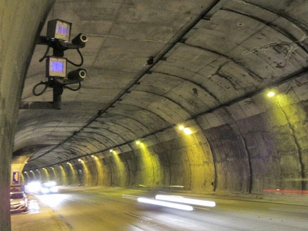 Radar em túnel da pista de descida da Rodovia dos Imigrantes, o terceiro que mais multa no estado de São Paulo (Foto: Márcio Pinho/G1)