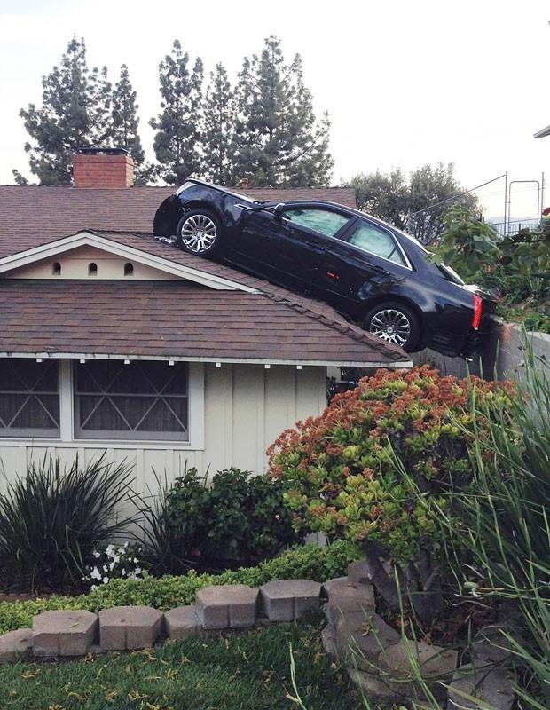 Em março deste ano, um motorista perdeu o controle de seu Cadillac e foi parar no telhado de uma casa em Glendale, no estado da Califórnia (EUA). O motorista perdeu o controle do veículo ao tentar sair de sua garagem. O carro desceu um barranco e foi parar no telhado da casa de seu vizinho que fica diretamente abaixo de sua garagem (Foto: Glendale Police Department/AP)