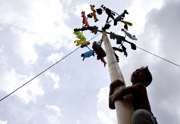 Garoto grita durante tentativa de escalada em festival realizado em Gombak, na Malásia (Foto: Mohd Rasfan/AFP)