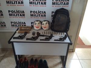 Polícia apreendeu armas, dinamites, máscaras e munições. (Foto: Divulgação/Polícia Militar)