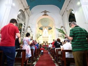 Após procissão, fiéis assistiram a missa na Catedral Metropolitana de Maceió. (Foto: Jonathan Lins/G1)
