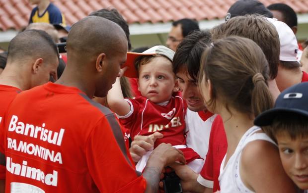 Gabriel recebe o carinho da torcida do Inter (Foto: Diego Guichard)