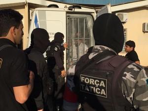 Antes de serem levados ao aeroporto, detentos passaram pelo IML (Foto: Inaê Brandão/G1 RR)